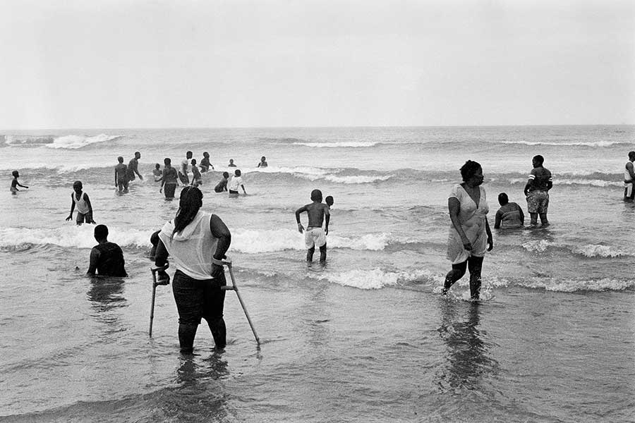 ANDREW TSHABANGU, The Evidence of Things, commissariat de Simon Njami, Early Morning at the Beach, série Water is Ours, 2016