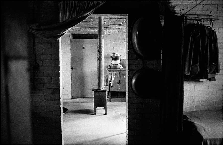 ANDREW TSHABANGU, The Evidence of Things, commissariat de Simon Njami, Stove in the Next Room, série Hostel Interiors, 2008